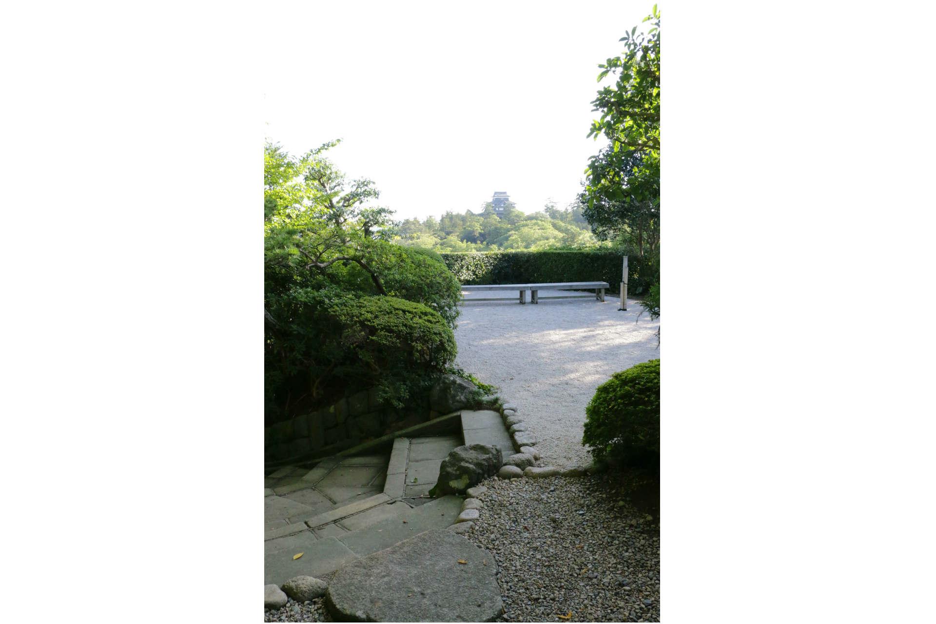 この手前の平たい石の上が松江城を見るベストポイントだそう