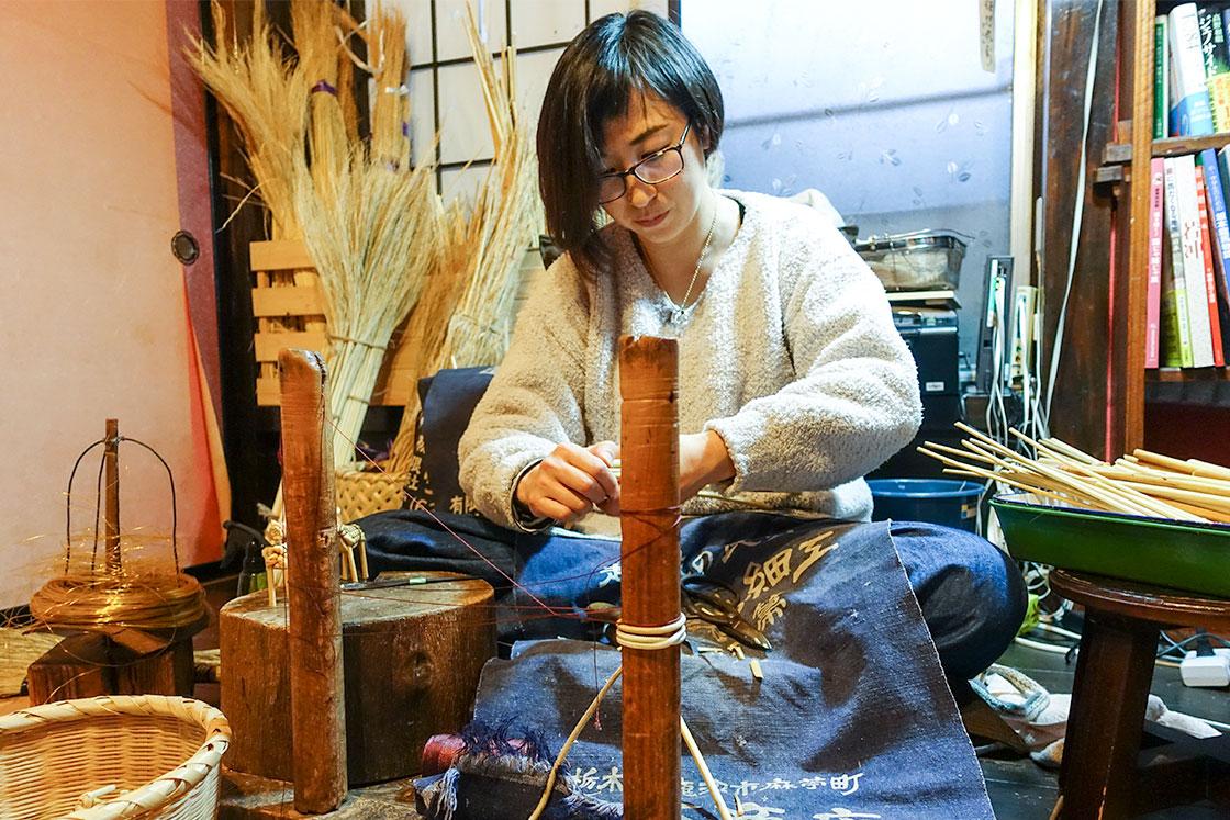 栃木県鹿沼市の郷土玩具・きびがら細工の職人、丸山早苗さん