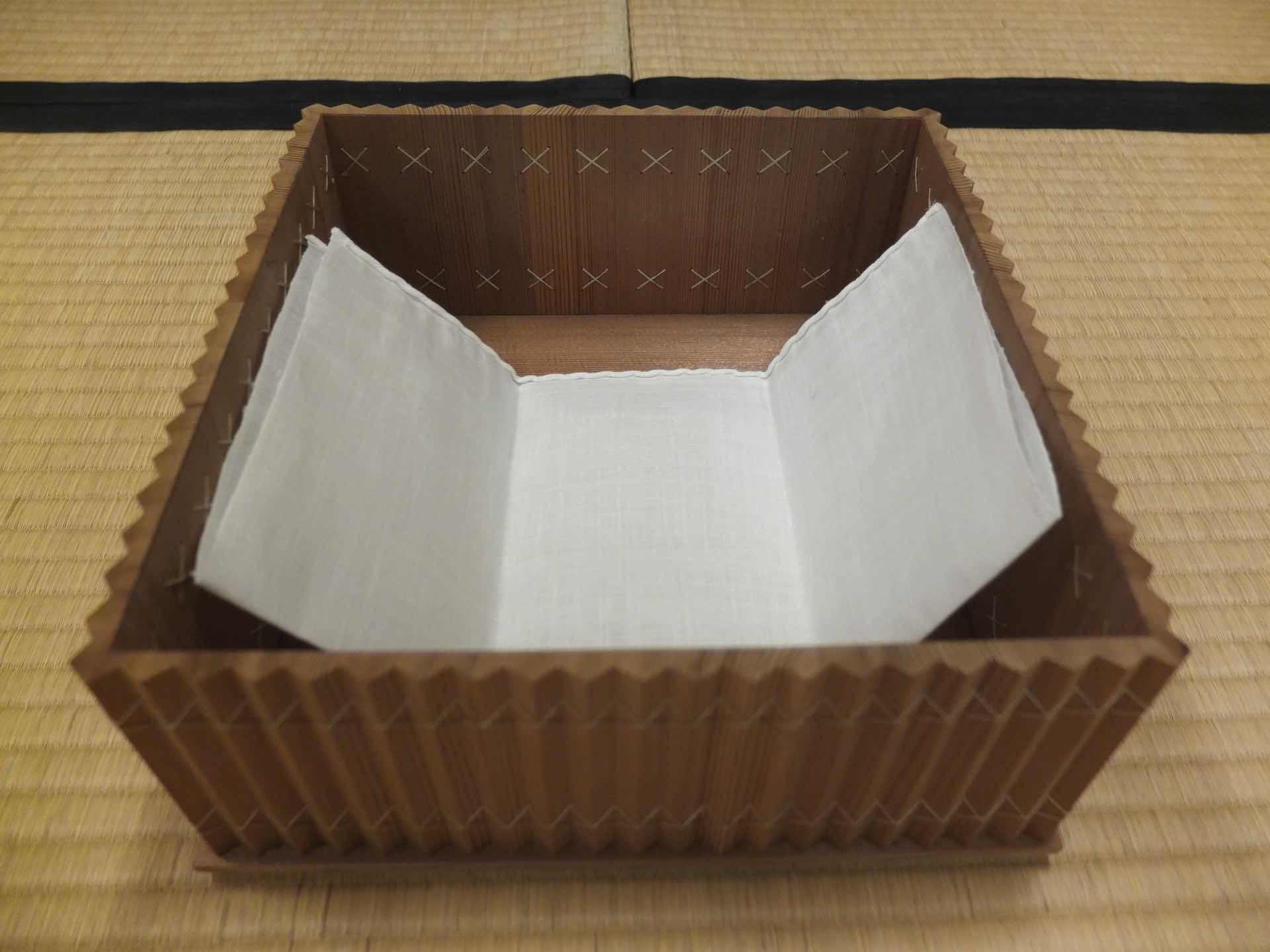 箱の中に白い布