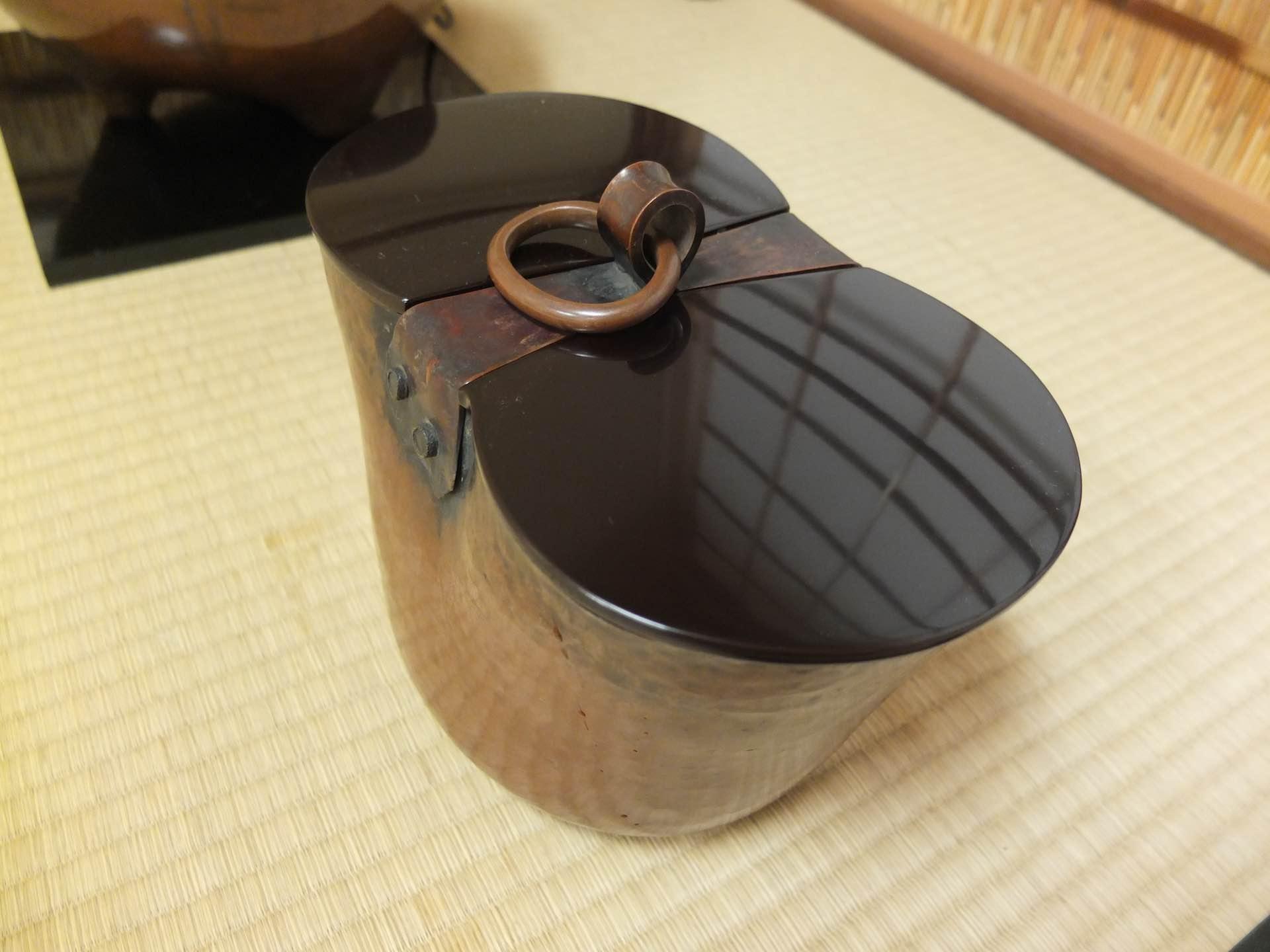 釣瓶の形をした水指
