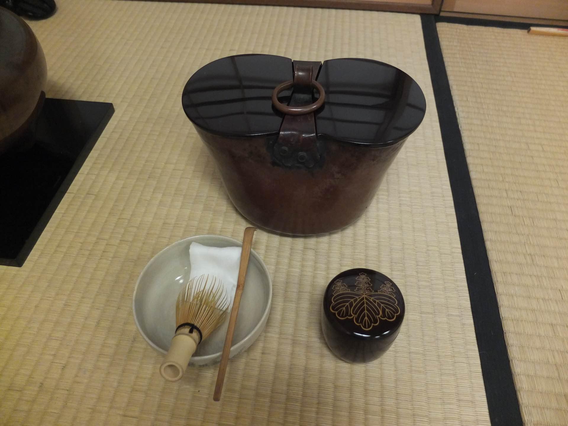 9月のお点前に使われていた水指 (みずさし) は、井戸に釣り下げる釣瓶の形。「秋の日は釣瓶落し」にかけています