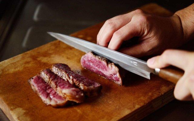牛肉を切っているところ