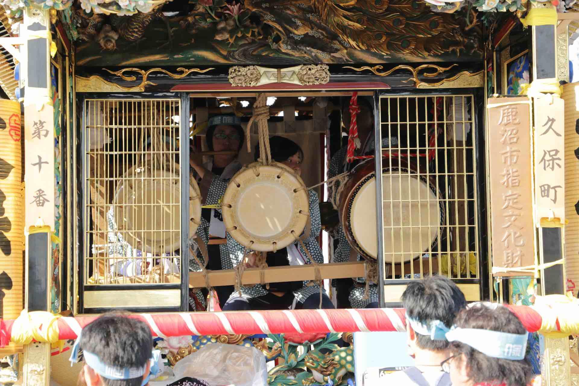 中には太鼓や笛を演奏する人の姿が見えます