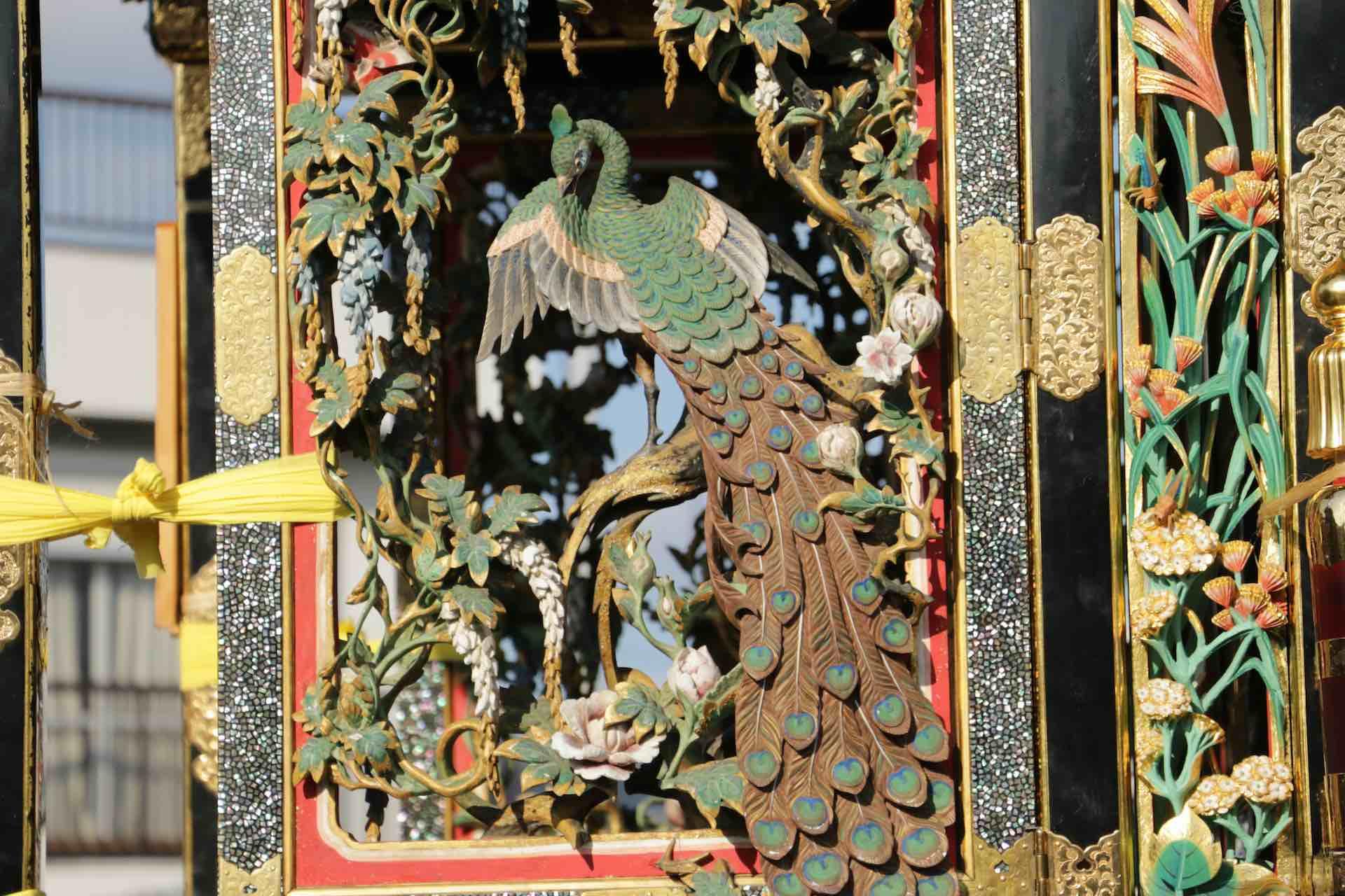 孔雀の羽一枚一枚が流れるように彫り込まれています