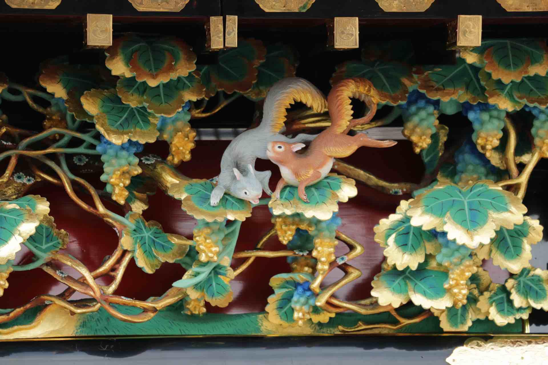 愛らしいリスの彫刻は、先ほどの猿を彫ったのと同じ、江戸期の職人によるものだそう