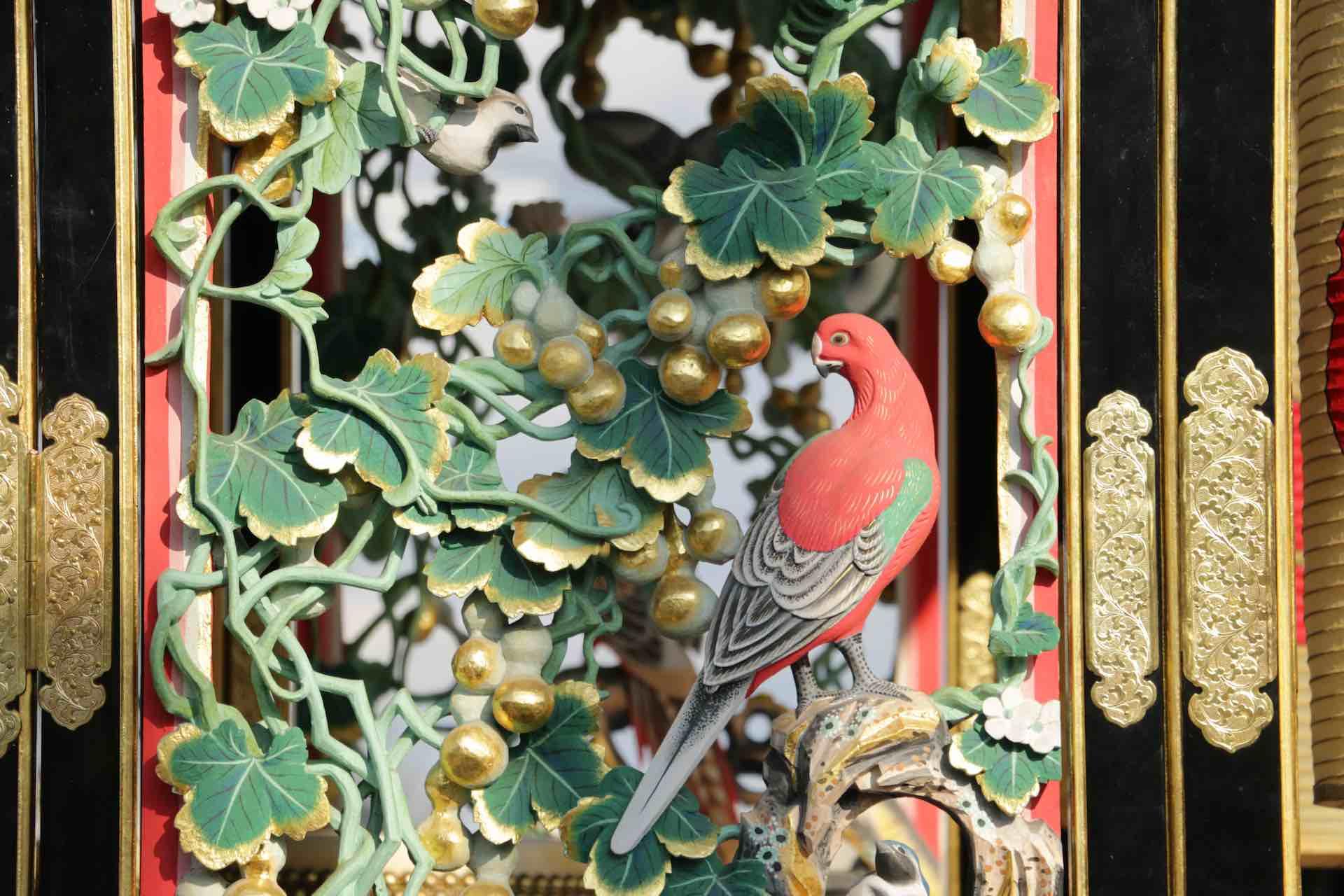 繊細なタッチの鳥の彫刻