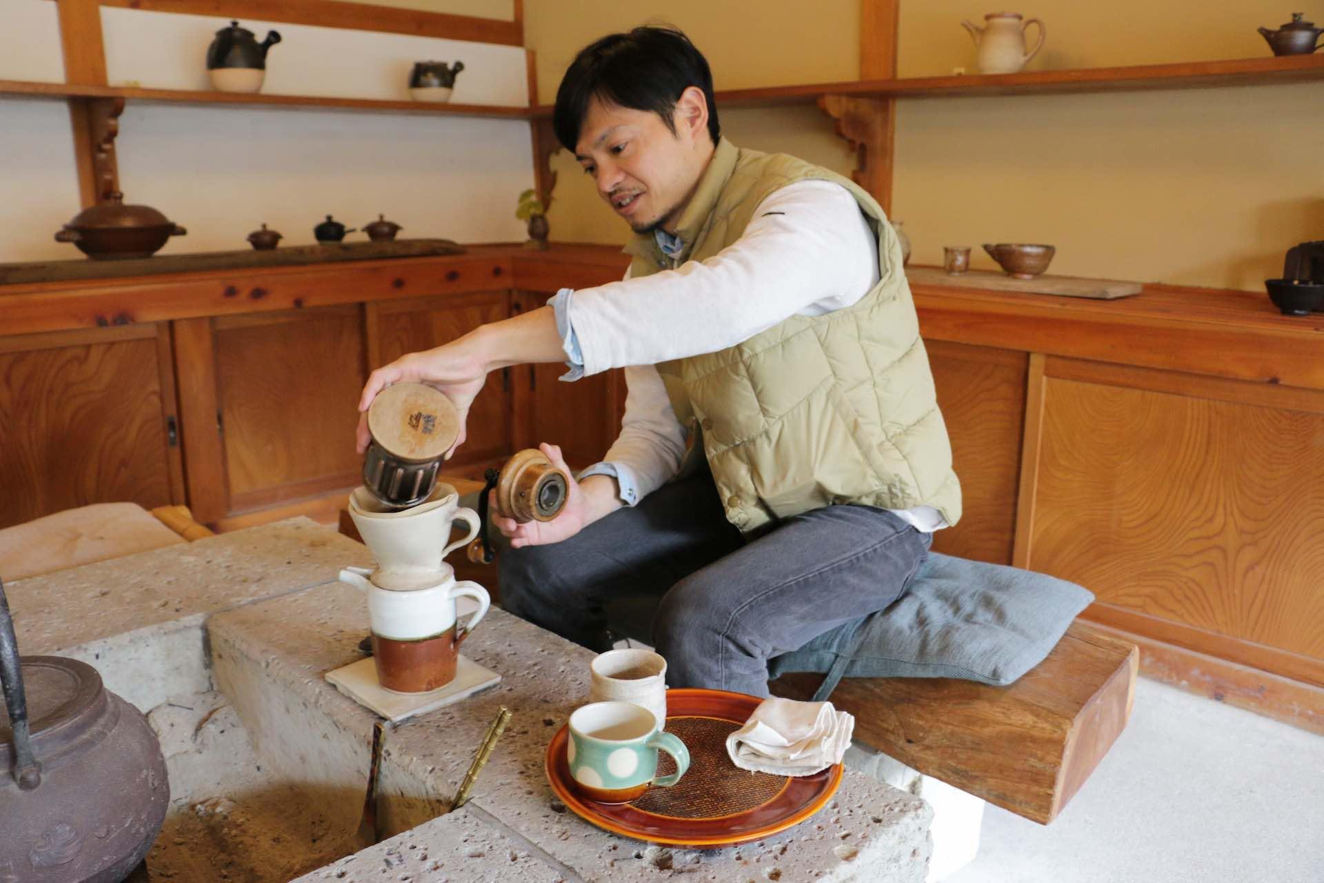 智さんが益子焼の器でコーヒーを淹れてくれました