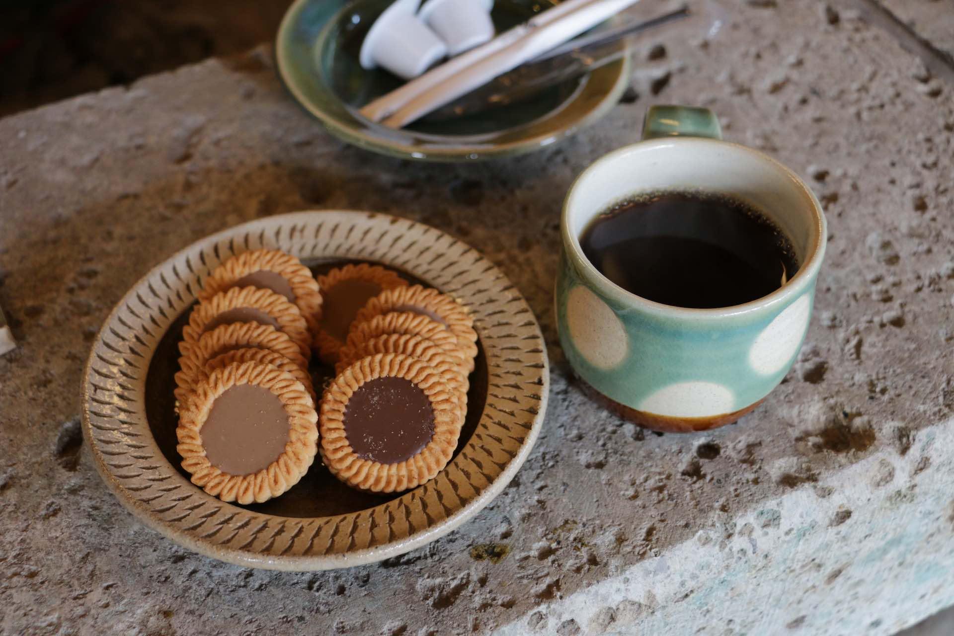 お菓子の器は智さん作、コーヒーカップは若葉さん作