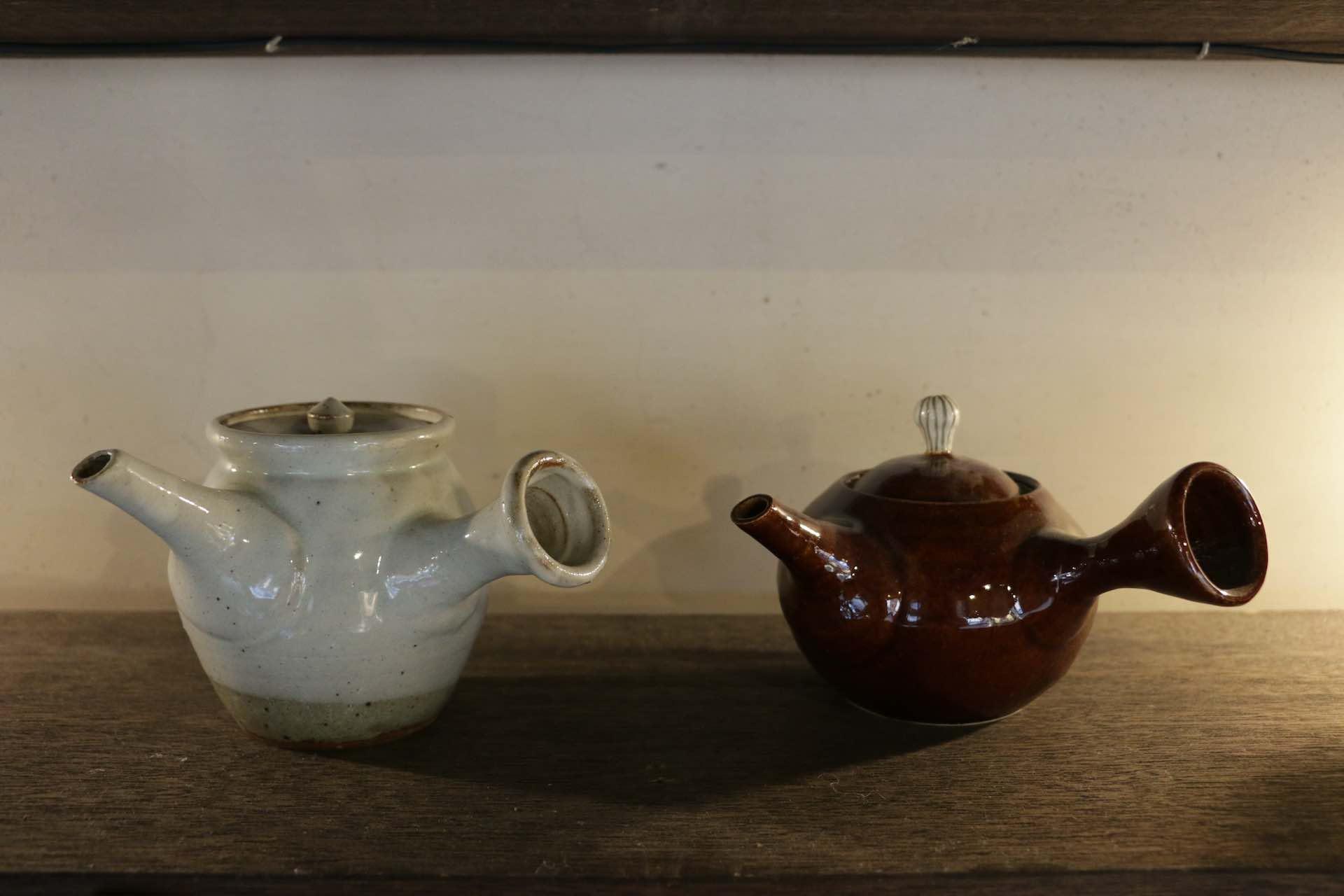 左が伝統的な急須のスタイル、右が最近のもの。形も進化しています