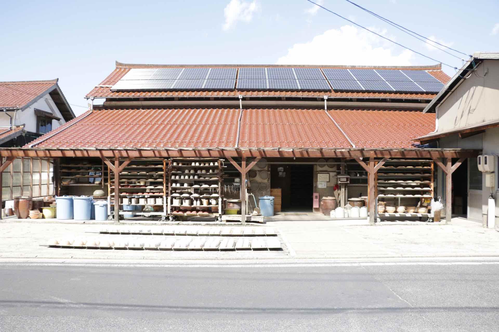 お米の倉庫を改築して作ったという工房。屋根には出雲地方特有の石州瓦。赤茶色が特徴的です