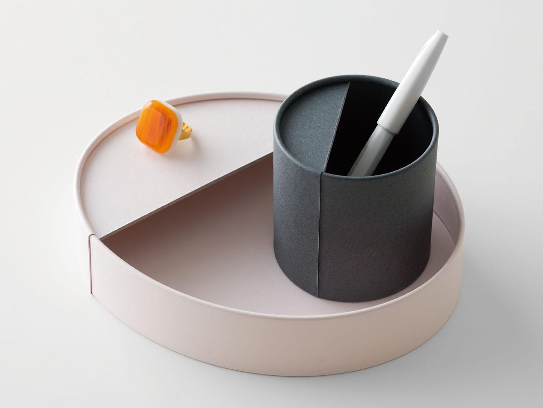紙を筒状に成形する紙管 (しかん) の技術と手仕事を取り入れた小物入れ「TUBE STAND」。ペンを立てたり、机の上の小物をまとめやすいサイズで、2種類を組み合わせて使用することもできます。特許を持つ紙管の技術で型くずれしにくい、しっかりとした作り