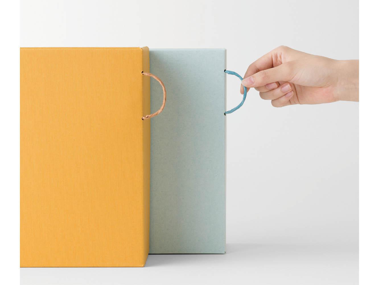 紙ひもの取手がついた書類ボックス「PULL BOX」。手元に引っ張りやすく、箱自体は縦・横のどちらで使っても裏が見えず美しい