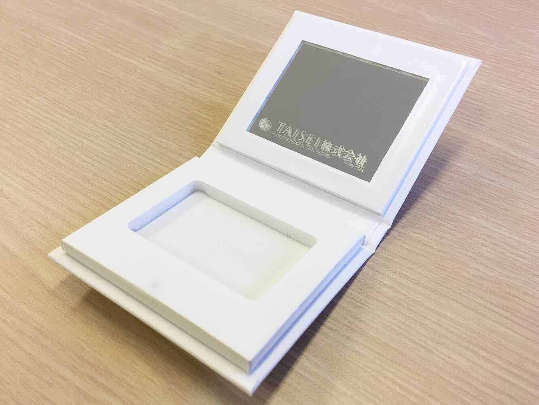 製本の技術を活用して作られた化粧品の携帯ケースとして使える紙箱