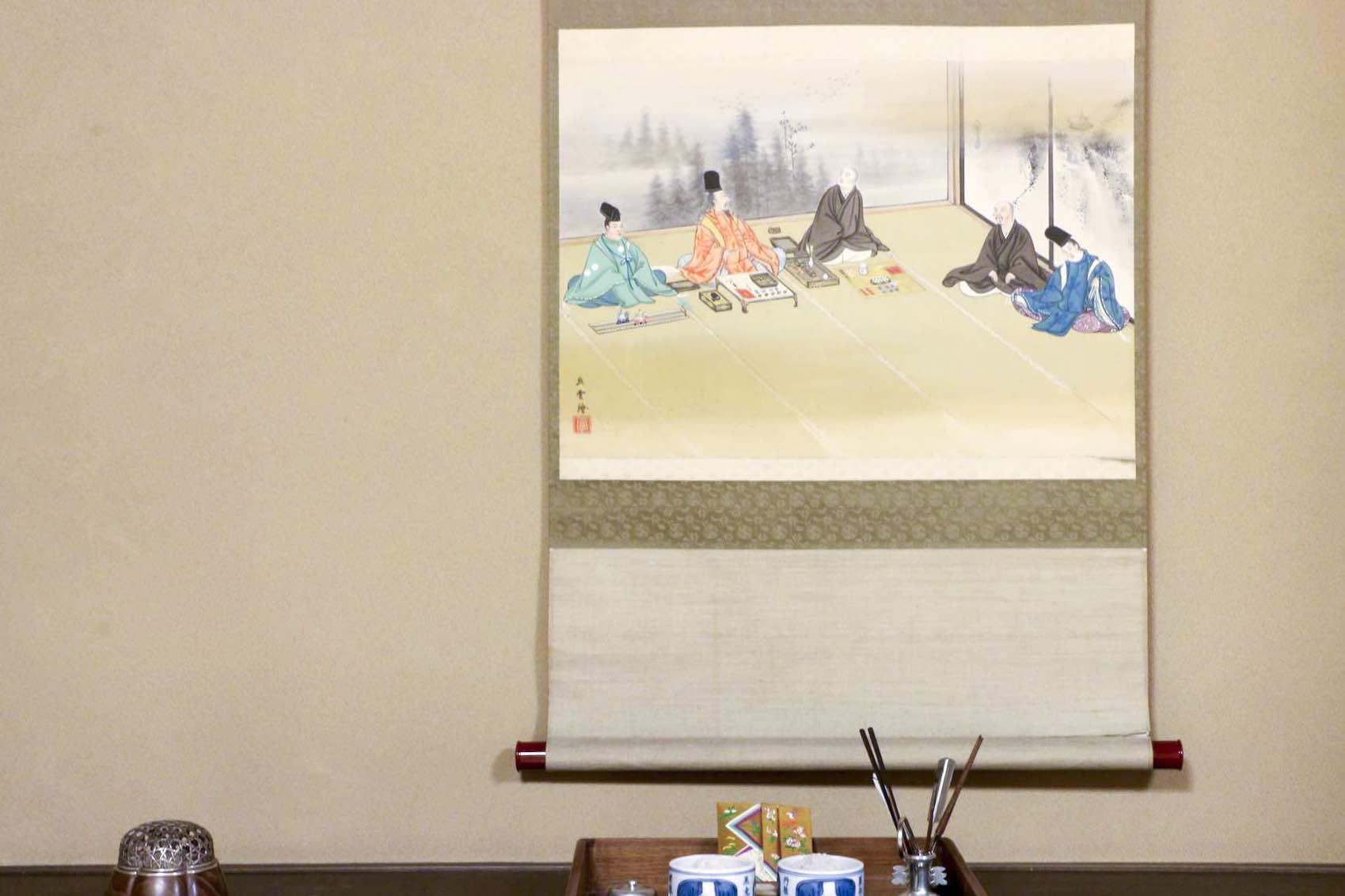 飾り棚の掛け軸にも、聞香の様子が描かれています