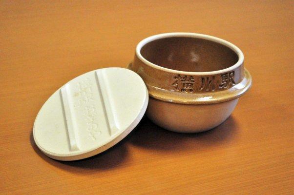 現在の土釜。軽量化などはされたものの、シゲさんが作った当時からほとんど変わらない。アメ色の釉薬は益子焼伝統の色だ