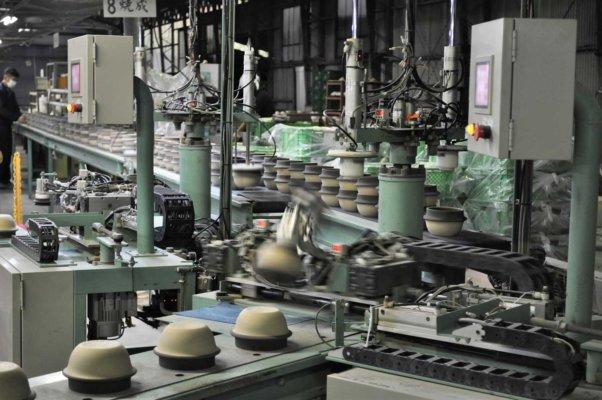1個あたりおよそ5秒というスピードで、成形や釉薬掛けなどの各工程を進んでいく