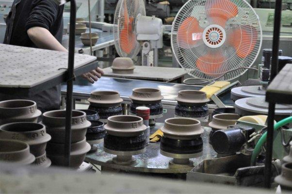 機械化されているとはいえ、バリ取り(出っ張りを取り除くこと)の一部や窯詰めなどは人の手でおこなう