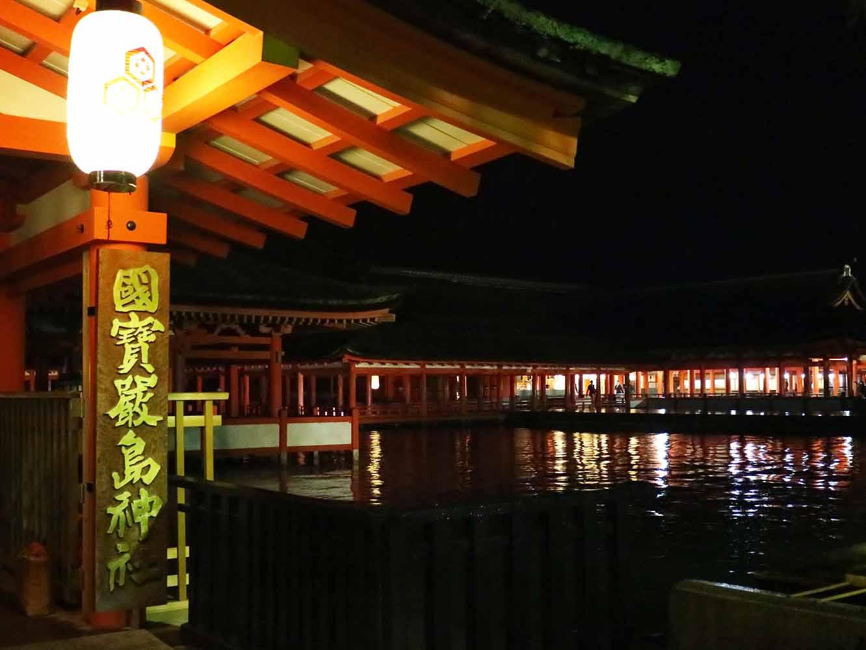 潮が満ちると海に浮かんで見える嚴島神社。普段は夕方に閉門されますが、この日は特別に夜の姿が見られます