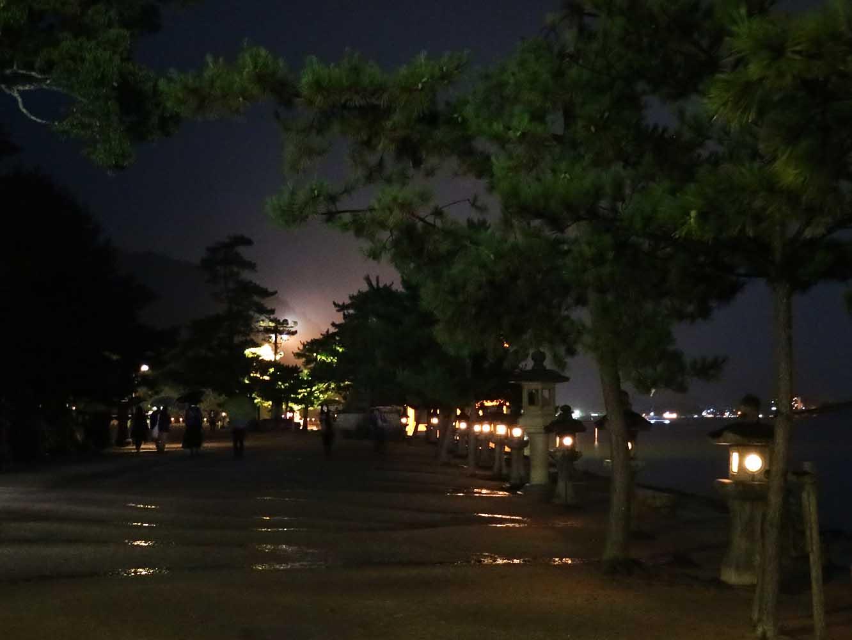 日が暮れて、灯篭に明かりのともる参道