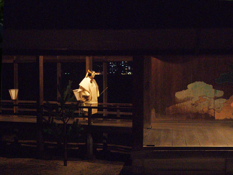 実際に小舟は登場しませんが、さおを差し、その様子を表します。撮影:M2 エムニー 横田三彩 misai yokota