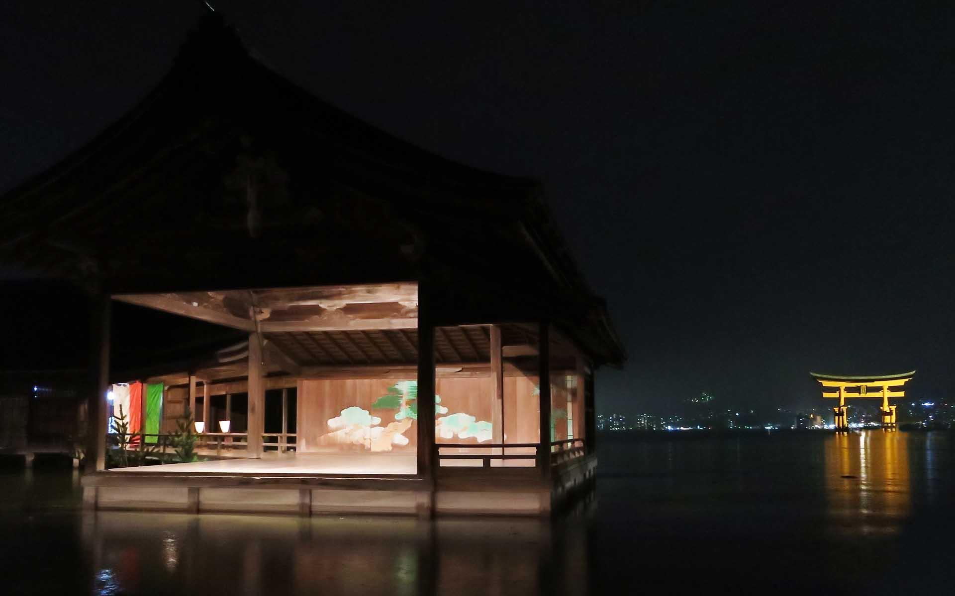 海に浮かぶ世界遺産、広島の嚴島神社で観る「観月能」