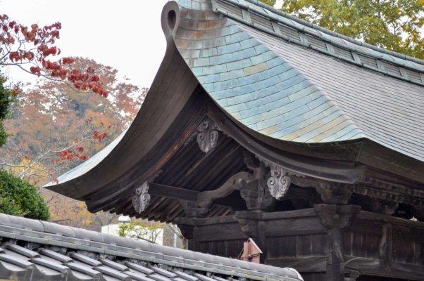 厚みのある銅板葺きの屋根。以前は茅葺だったそう。大きく反り返った屋根は禅宗様の特徴です