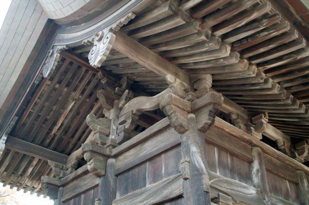 軒下の木の装飾が印象的