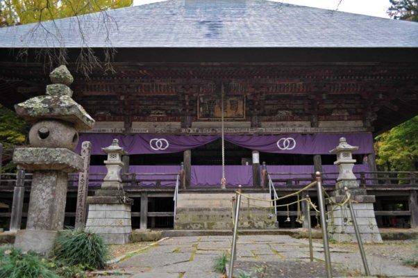 西明寺本堂。手前の紐で囲われた部分は、 両手・両膝・額を地面につけて礼拝する「五体投地 (ごたいとうち) 」をおこなった場所