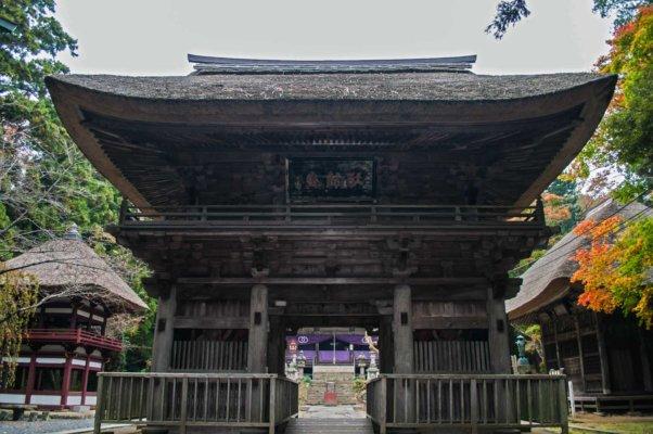 室町時代に建立された楼門 (国指定重要文化財)