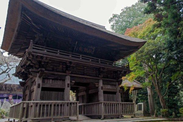 西明寺には、国指定重要文化財の中世建築が3つ。その中のひとつ、楼門