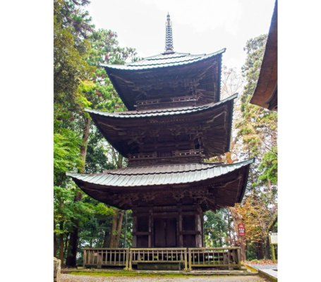 急勾配の屋根は、初層と二層は2段、三層は3段に分かれています。