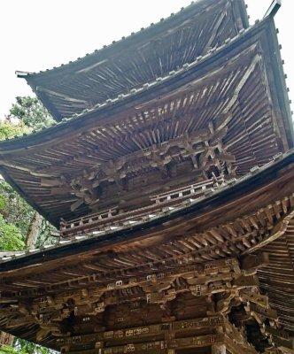 下から見上げると、木の部材の細かさに目がくらみそう。初層は平行垂木、二層と三層は扇垂木です