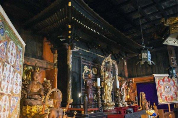 本堂内の厨子(国指定重要文化財)。中に本尊が安置されており、周りを鎌倉時代の仏像群が取り囲む