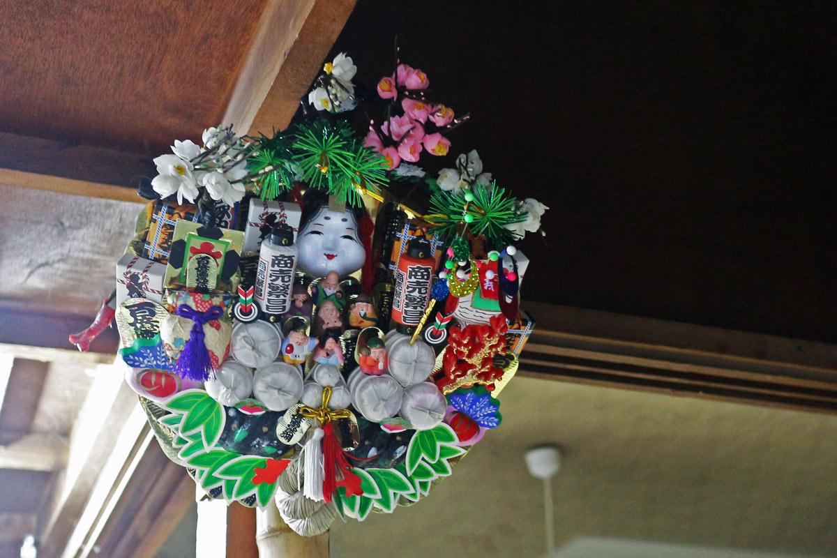 橋本さんのご自宅にも、熊手が。玄関に向けて、高い位置に飾るのが良いそう