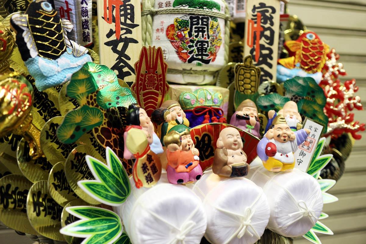 七福神も指物の定番。こちらの熊手には小判や米俵など、様々な縁起物が飾り付けられています