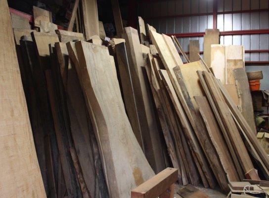 倉庫にはケヤキ、トチ、クリノキなどの一枚板が並ぶ