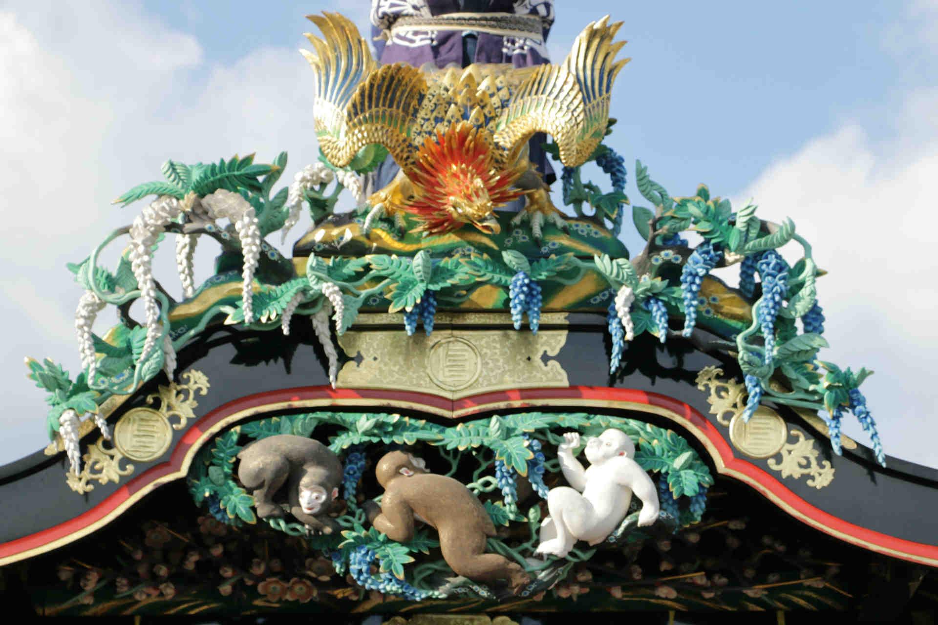 三猿を彷彿とさせる彫刻は、よく見ると屋根の上の鳥 (大ワシ) が、藤の下に隠れている猿を睨みつけている構図になっています