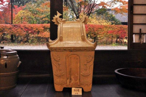 沖縄の伝統的な骨壷、厨子甕(ずしがめ)。民藝運動は、終戦後なくなりかけていた沖縄の琉球文化も守った