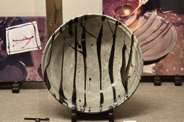 濱田庄司の代表的な技法、「流し掛け」の大皿