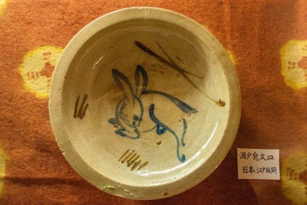 濱田庄司は地域の日用工芸品に美を見出した。江戸時代の職人による、瀬戸焼の絵付皿
