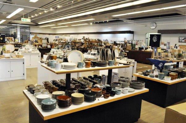 売店では、つかもとをはじめ、様々な益子焼の窯元の焼き物を購入できる