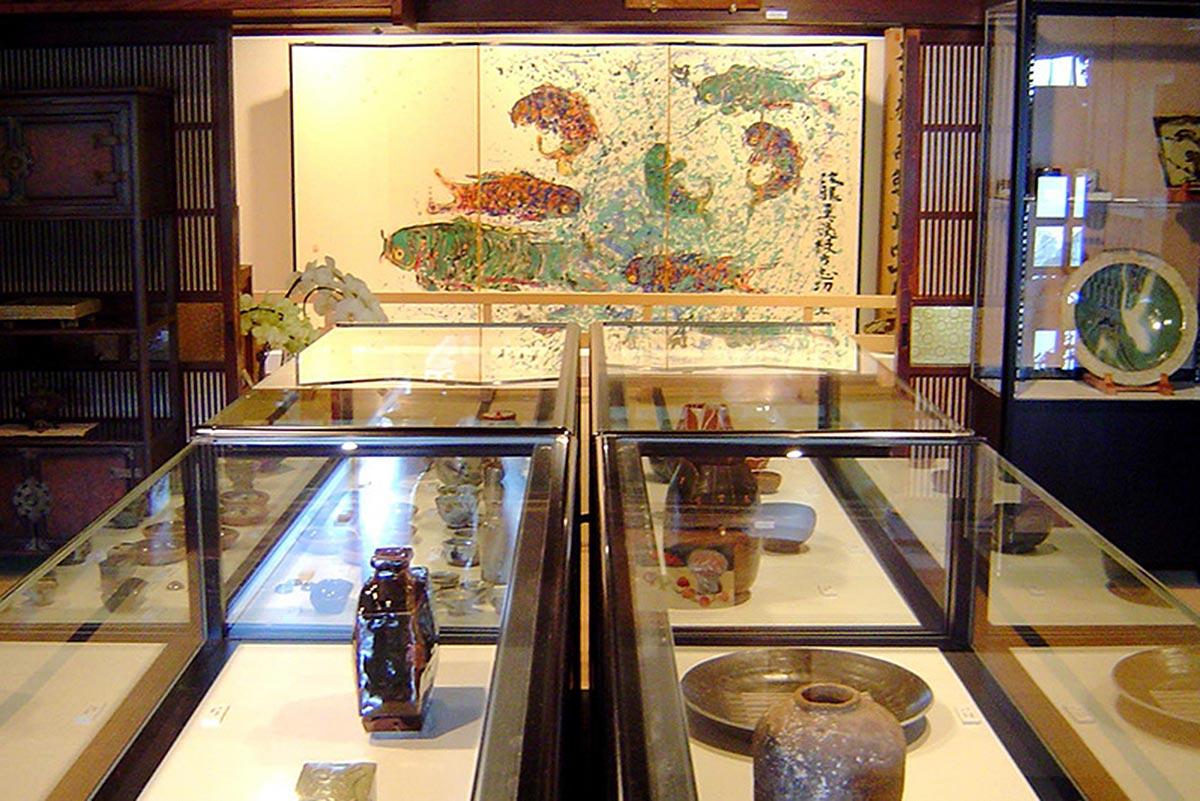 美術記念館。塚本家で制作した棟方志功など、つかもとに縁の深い芸術家たちの作品が数多く展示されている