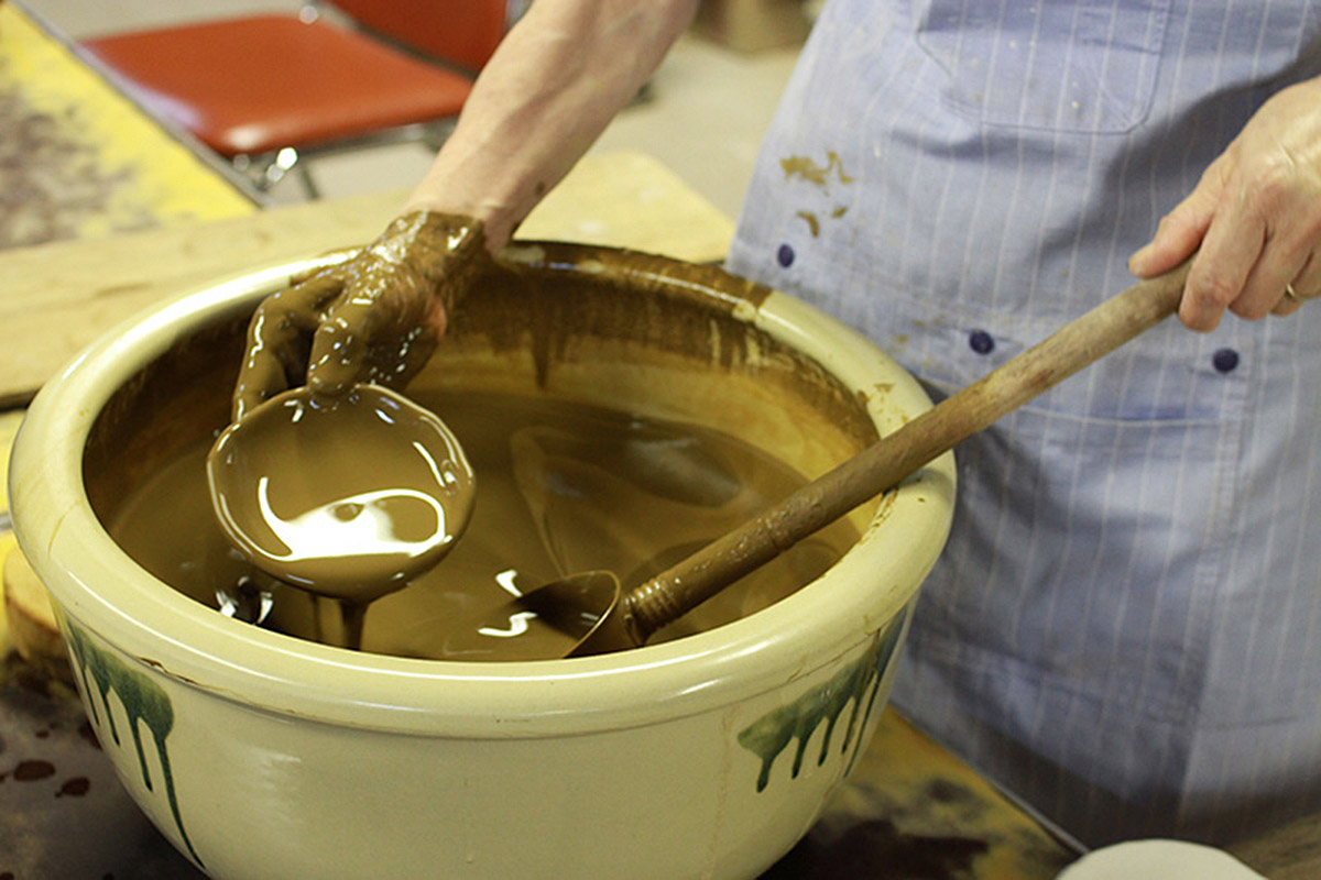 工房見学では、焼き物が作られる様子を間近で見られる (要予約。一部作業行程で見られない場合あり) 。益子焼伝統の釉薬をかけていく様子