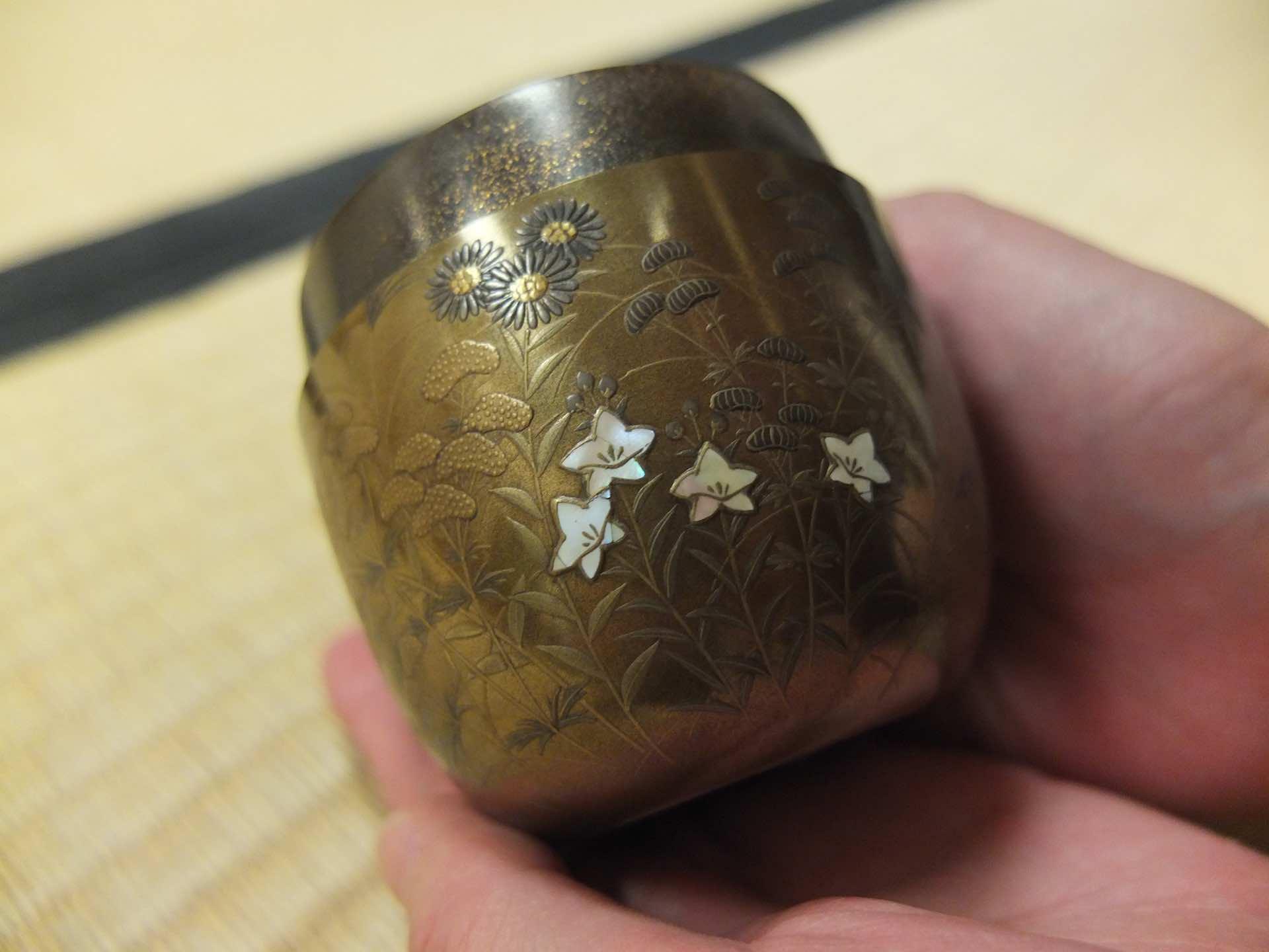 江戸時代、松江藩の名君として知られる松平不昧公 (ふまいこう) ゆかりの秋の棗。貝殻細工を切って花をあしらい、全体に金銀を塗ってあります