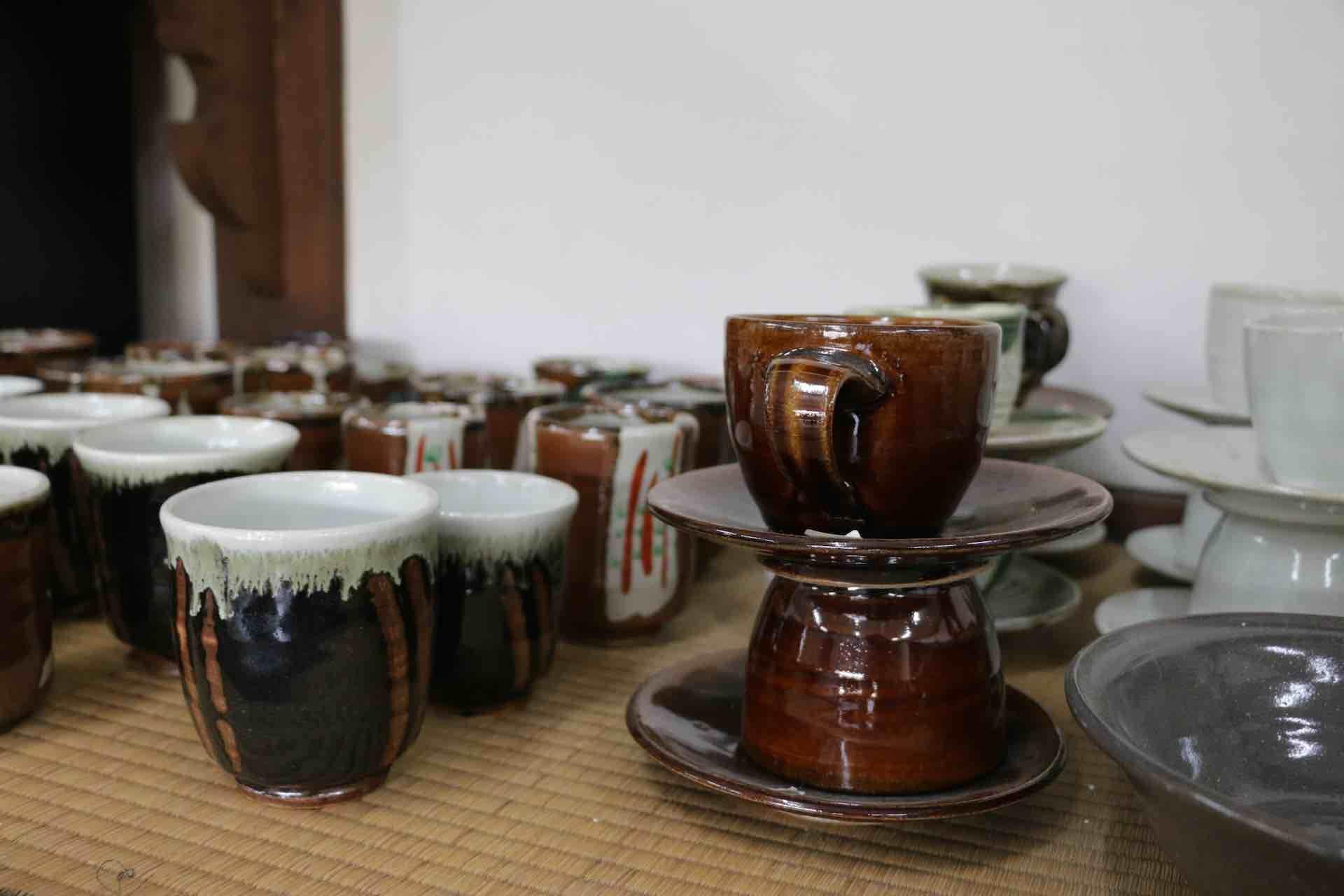 同じ種類の器をぎゅっと集めて並べるのは、益子の窯元直売店の定番だそう