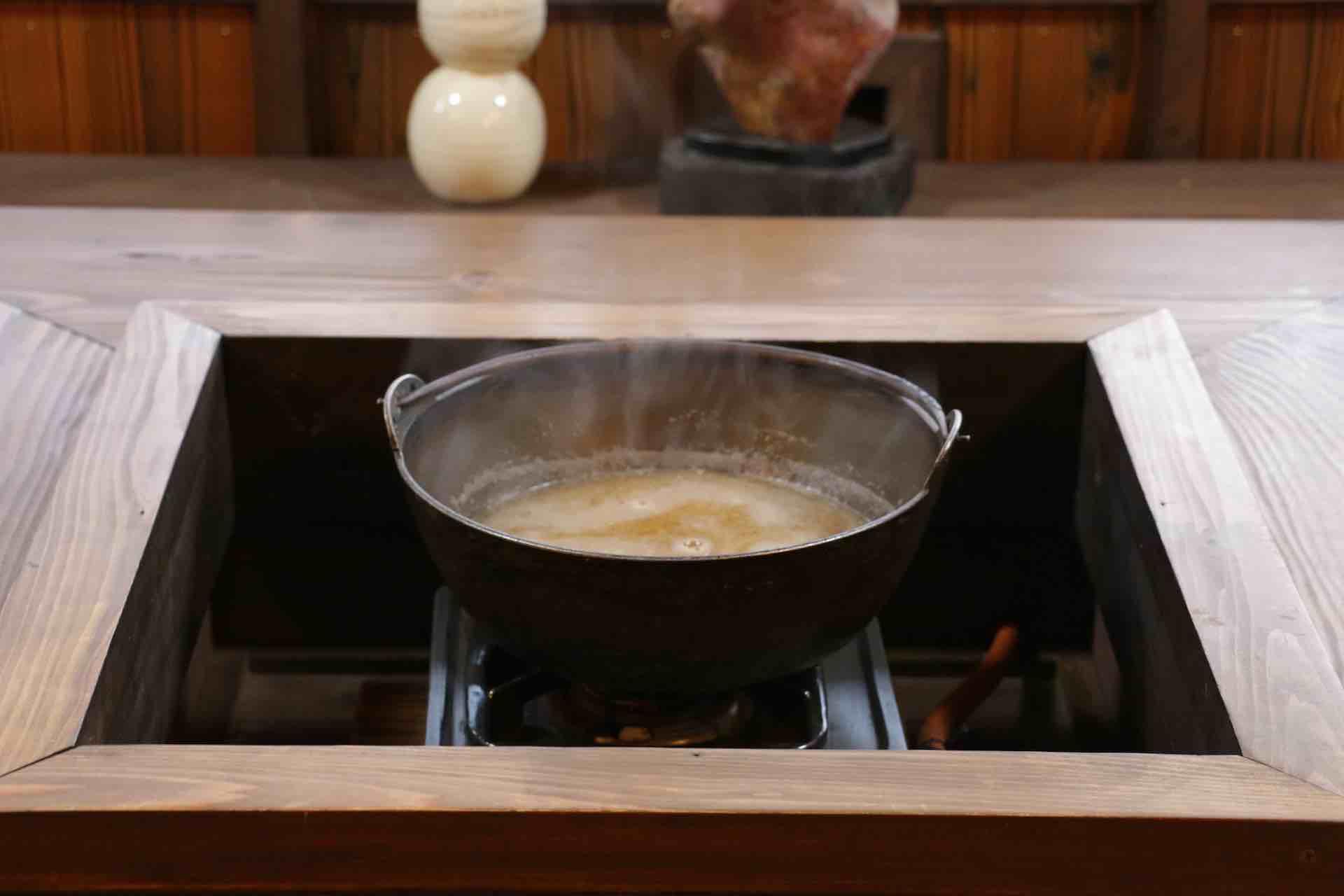 スープの入った鍋が運ばれてきました