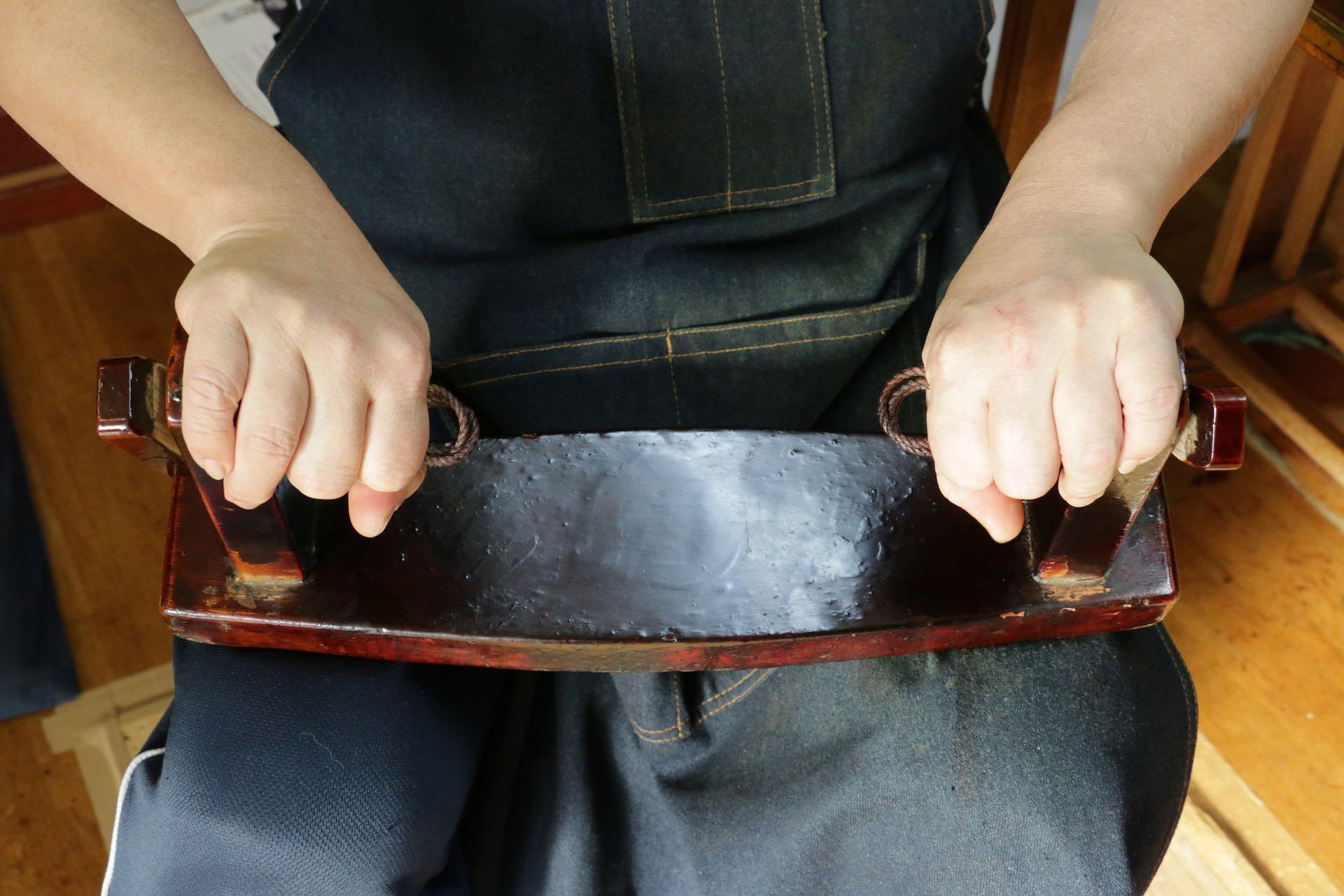 ロープに和紙を引っ掛けて、絞ります