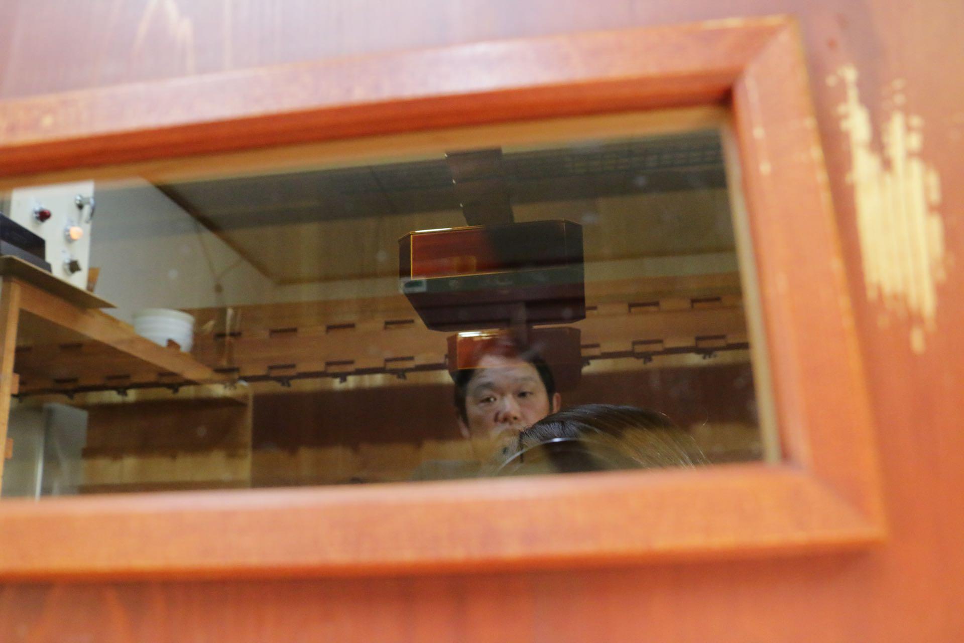 風炉の中を見つめる川原さん