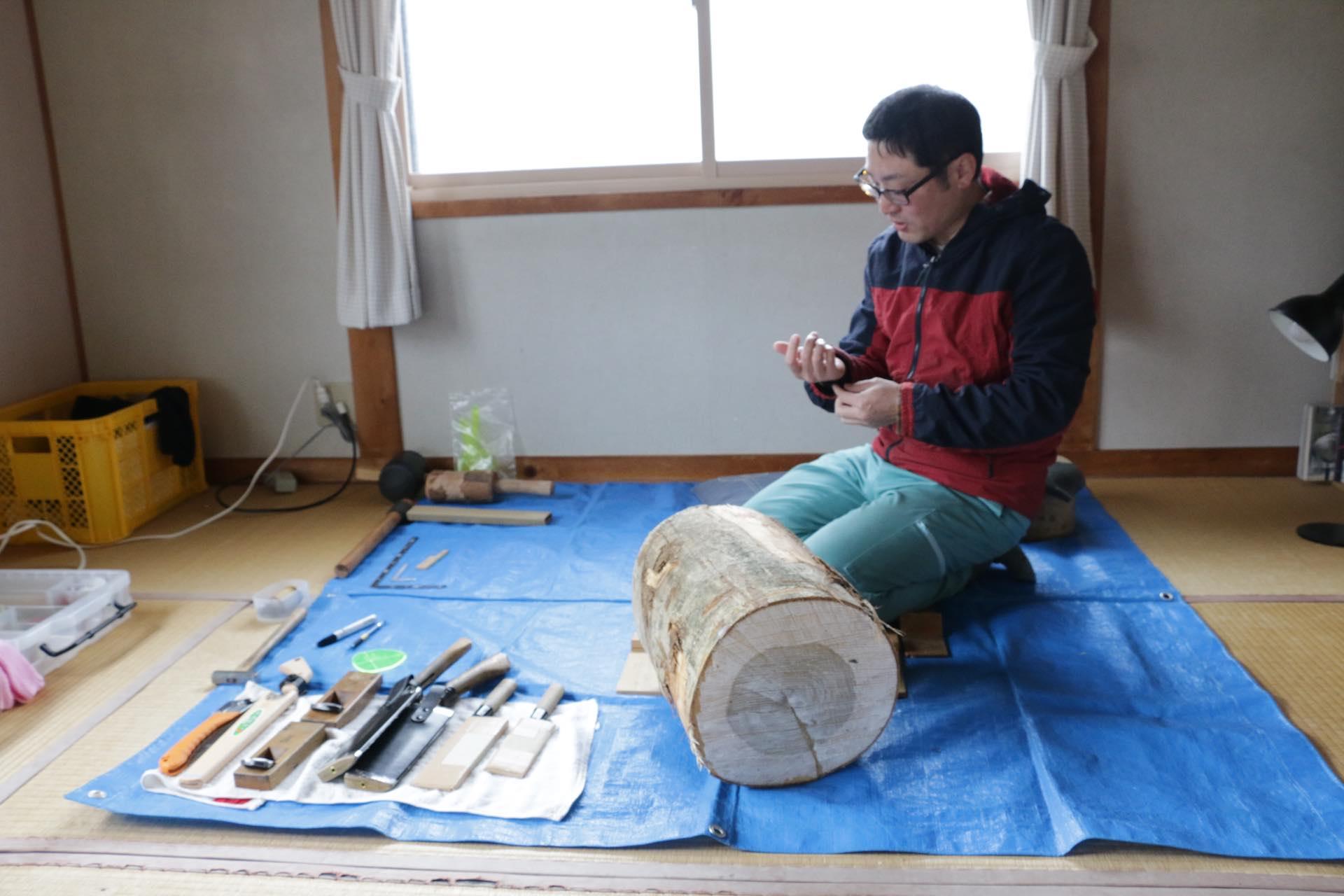 自宅の一室が作業場所。大阪生まれの奥井さんは、幼い頃から木工好き。ご両親が奥飛騨ご出身で、親しみのあった飛騨高山で木工の技能専門学校に学び、作家として出店していた高山の市で、同じく出店者の有道杓子保存会と出会ったそうです