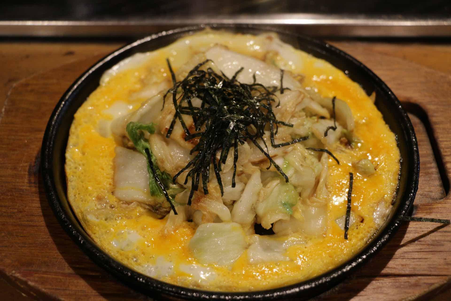 冷めないうちに食べてね、の言葉通り出来立てを急いでほおばると、アツアツの卵とじの中にシャキシャキとした白菜の歯ごたえ。あっさりしているので、濃いめの朴葉味噌と好相性です